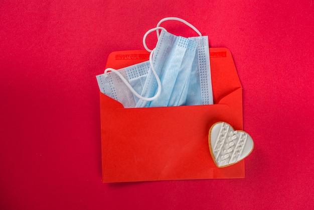 Fundo do cartão de dia dos namorados com envelope vermelho, máscara facial e corações