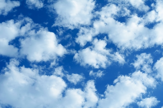 Fundo do céu azul com nuvens brancas e cinza.