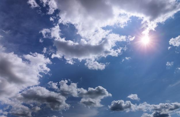 Fundo do céu azul com nuvens dia ensolarado
