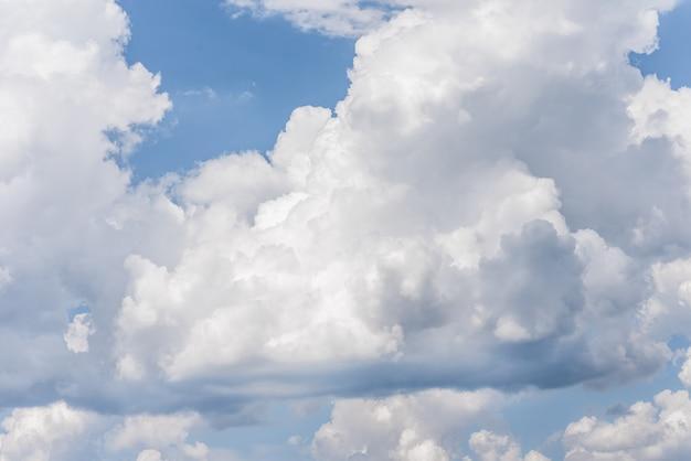 Fundo do céu azul com nuvens fofas