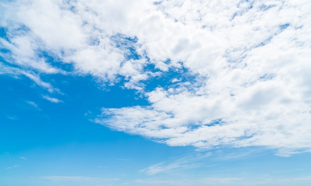 Fundo do céu azul com nuvens