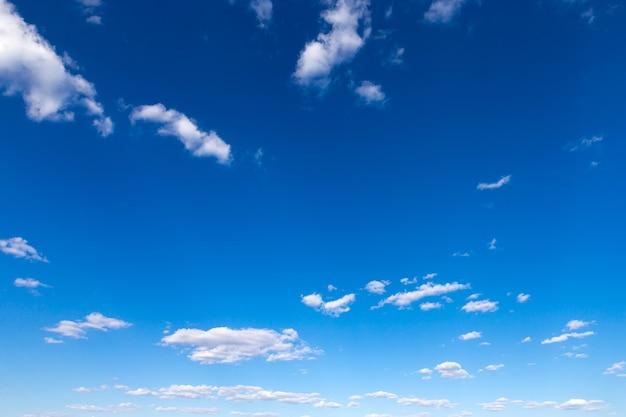 Fundo do céu azul com pequenas nuvens. nuvens fofas no céu