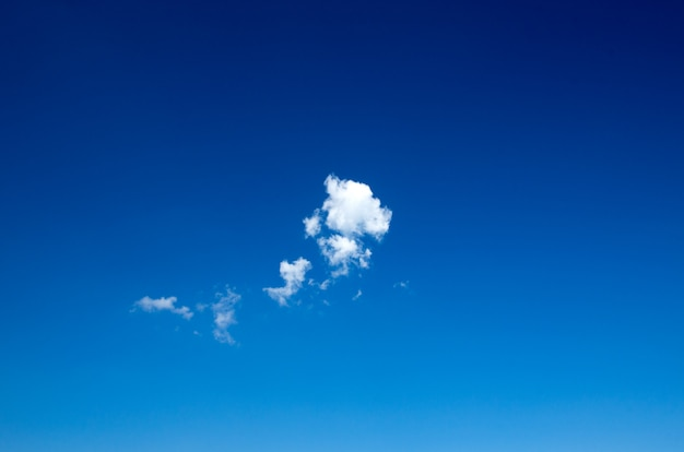 Fundo do céu azul com pequenas nuvens