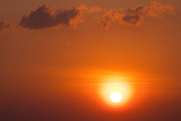 Fundo do céu cênico do sol laranja