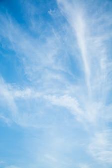 Fundo do céu, céu azul com nuvens e luz solar