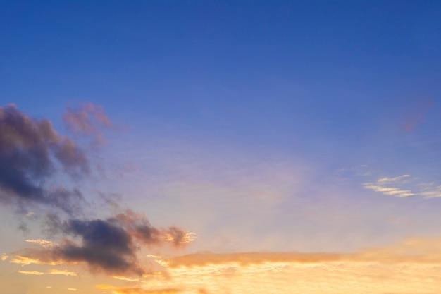Fundo do céu claro de manhã. céu azul amarelo colorido. fundo de céu azul claro colorido de manhã com nuvens brancas macias ao nascer ou pôr do sol.