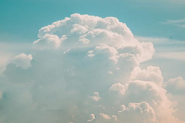 Fundo do céu com lindas nuvens brancas fofas