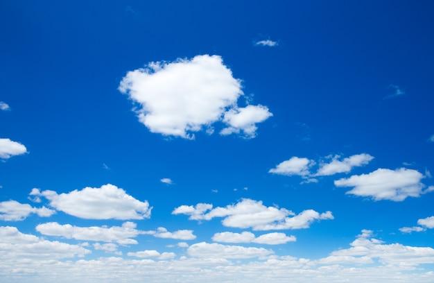 Fundo do céu com pequenas nuvens
