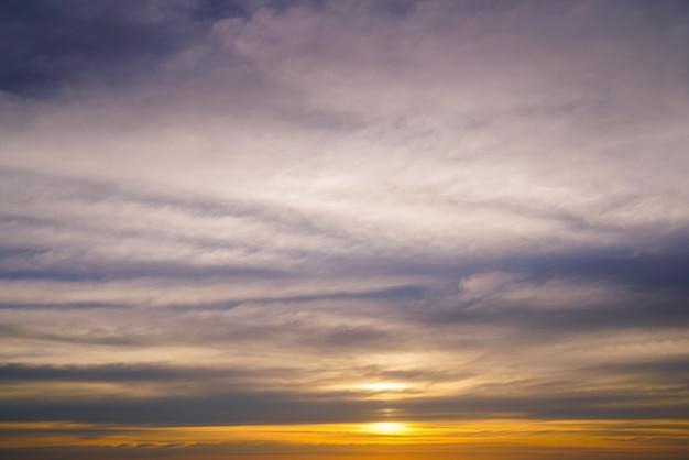 Fundo do céu do sol na praia no verão