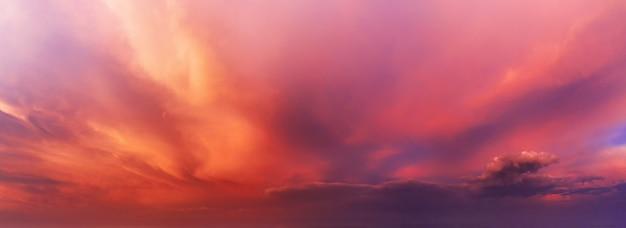 Fundo do céu dramático com nuvens laranja e roxas ao pôr do sol.