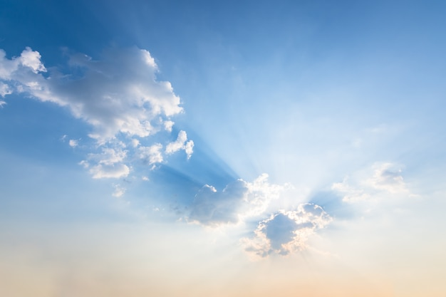 Fundo do céu, nuvens e sol luz