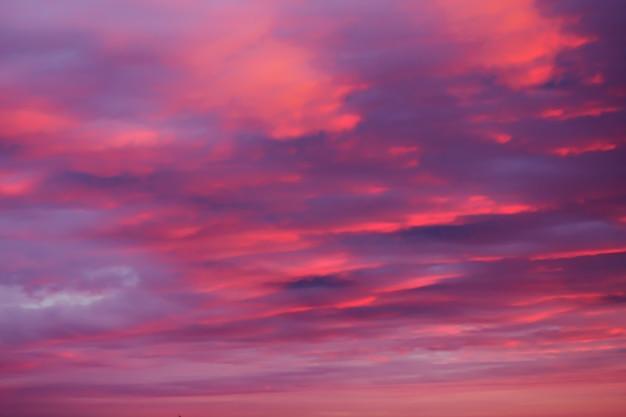 Fundo do céu rosa brilhante ao pôr do sol