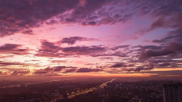 Fundo do conceito colorido do céu: por do sol dramático com o céu e as nuvens crepusculares da cor.