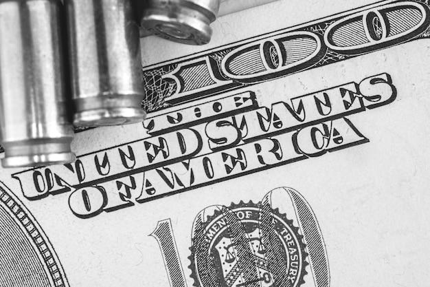 Fundo do conceito de dinheiro sujo, dólar criminoso com balas
