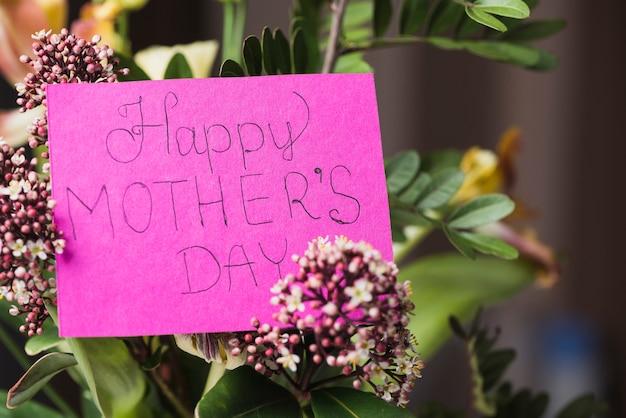 Fundo do dia da mãe com o ramalhete e cartão