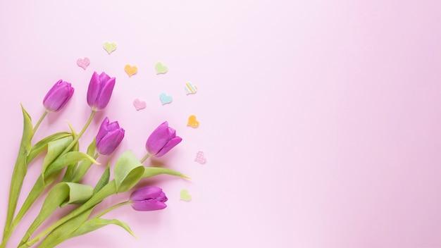 Fundo do dia das mães com rosas à esquerda