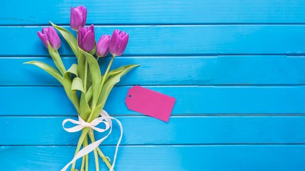 Fundo do dia das mães com rosas nas pranchas azuis