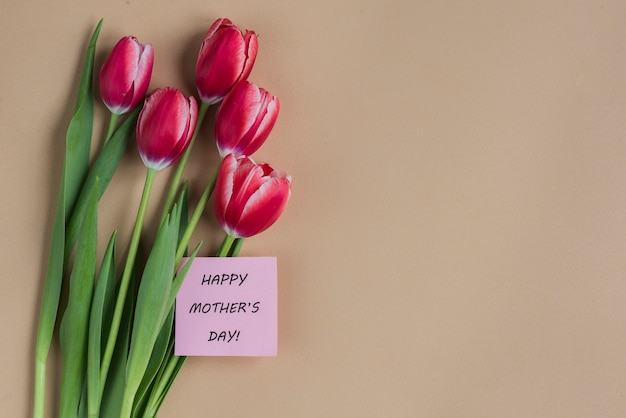 Fundo do dia de mãe com flores e cartão
