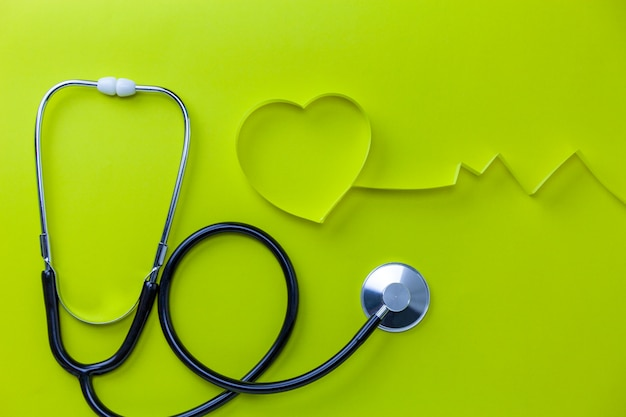 Fundo do dia de saúde de mundo, conceito dos cuidados médicos e do fundo médico do estetoscópio com a fita do coração no espaço da cópia do fundo de papel para seu texto.