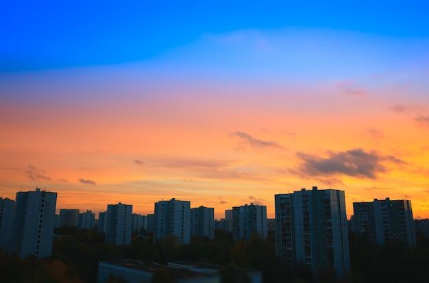 Fundo do horizonte de edifícios do pôr do sol
