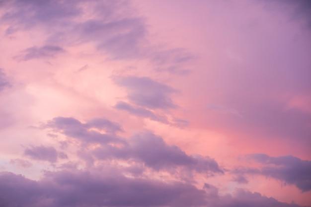 Fundo do lindo céu roxo antes do anoitecer.