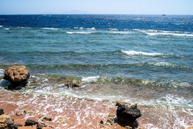 Fundo do litoral ondas do mar e areia resort tropical