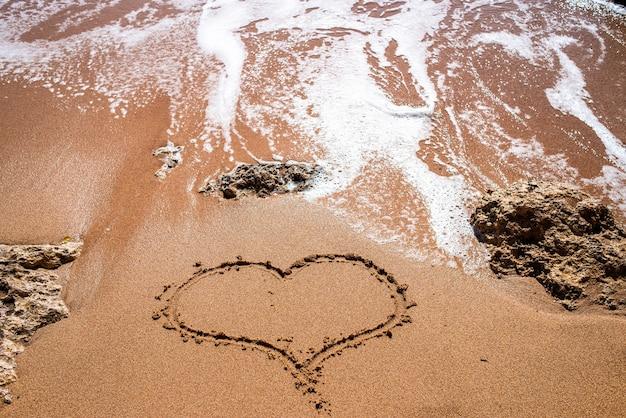 Fundo do litoral ondas do mar e areia