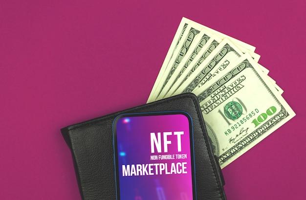 Fundo do logotipo da tecnologia de criptografia nft, carteira preta com dólares e telefone celular moderno na mesa roxa do escritório, foto da vista superior