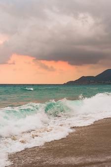 Fundo do mar e do céu azul.