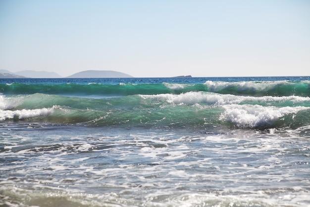 Fundo do mar. ondas e salpicos.