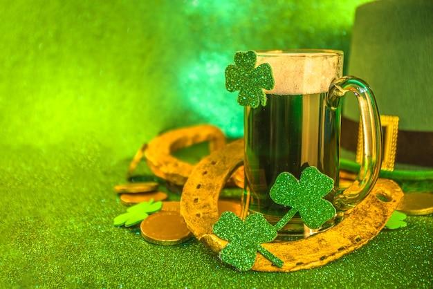 Fundo do menu do st patricks day pub bar green beer in glass com decoração de trevo de trevo em ferradura