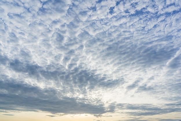 Fundo do panorama de natureza suave céu azul nublado