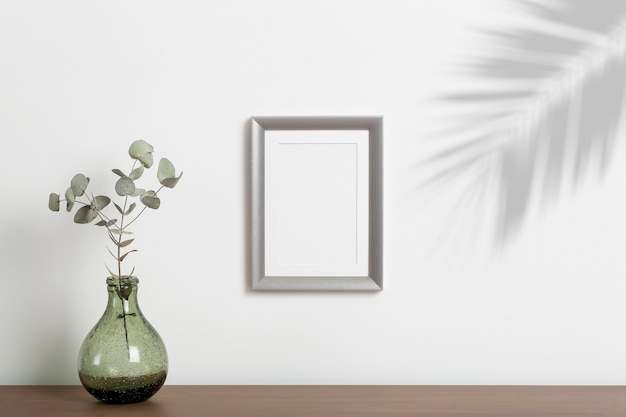 Fundo do quadro vazio. moldura decorativa vazia para uma foto ou pintura em um interior minimalista escandinavo claro em uma parede branca e limpa.