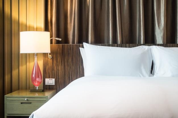 Fundo do quarto de hotel com uma lâmpada iluminada