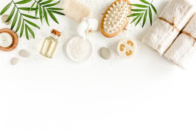 Fundo do spa. produtos cosméticos naturais de spa, acessórios de banheiro ecológicos. camada plana, vista superior