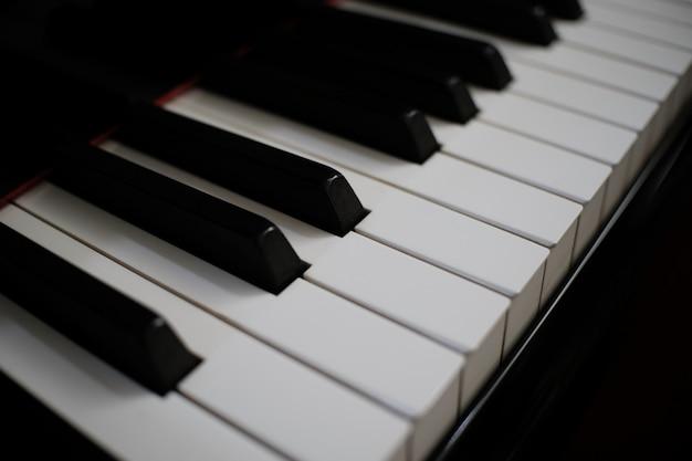 Fundo do teclado de piano com foco seletivo.