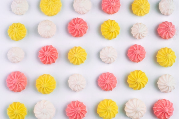 Fundo do teste padrão de marshmallows coloridos no fundo branco