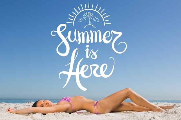 Fundo do verão com uma mulher em bikini