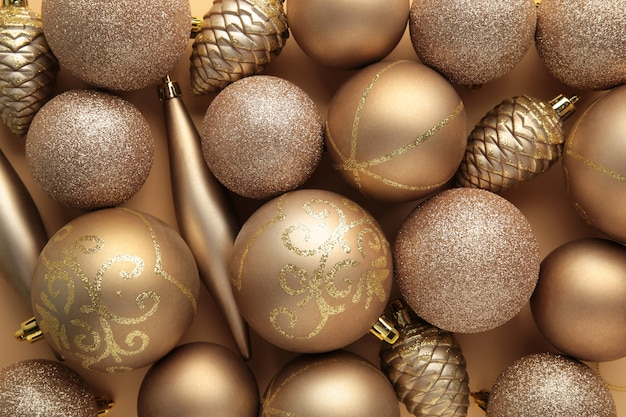 Fundo dourado de bolas de natal. composição de ano novo. vista do topo
