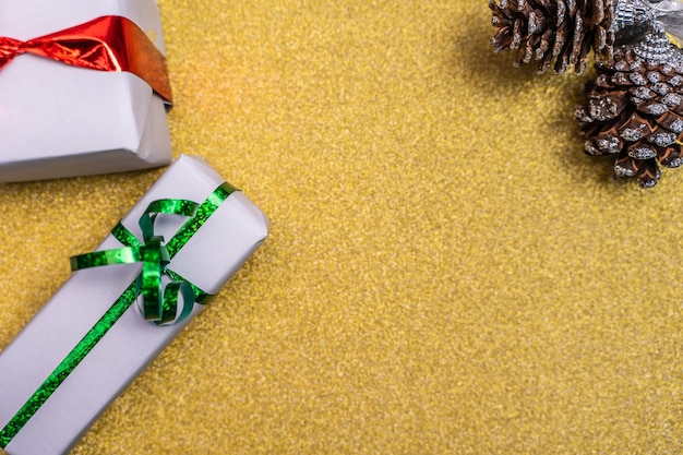 Fundo dourado de natal com decorações festivas e cópia de espaço para texto