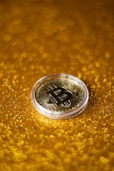 Fundo dourado do símbolo do pagamento do sinal do ícone do bitcoin. logotipo da criptomoeda descentralizada da moeda btc.