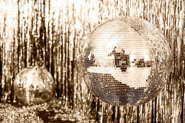 Fundo dourado festivo. bola de discoteca em bege e set sail champagne