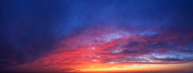 Fundo dramático do céu do sol. panorama do céu crepuscular com nuvens.
