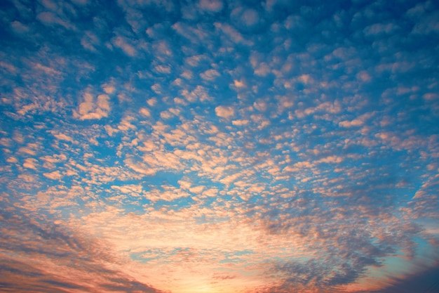 Fundo dramático do céu por do sol com nuvens ardentes