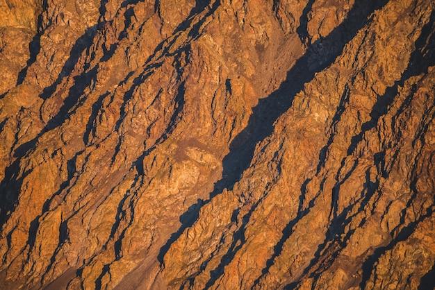 Fundo ensolarado da natureza das montanhas rochosas na luz solar.