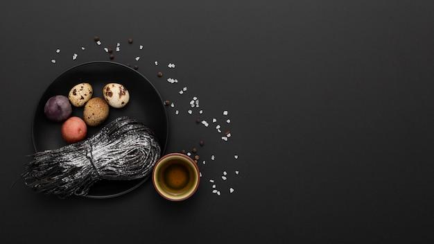 Fundo escuro com um prato de ovos e macarrão