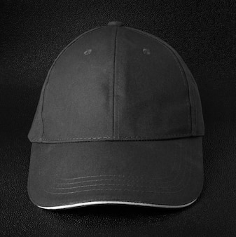 Fundo escuro de boné preto. modelo de boné de beisebol na frente vista.
