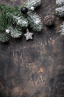 Fundo escuro de natal com galho de árvore