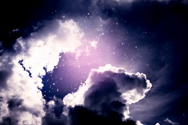 Fundo escuro do céu noturno com nuvens e estrelas