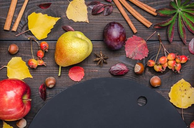 Fundo escuro do outono com placa de giz. lay plana.